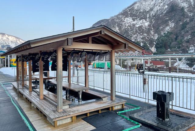 富山地方鉄道「宇奈月温泉駅」の足湯「くろなぎ」冬