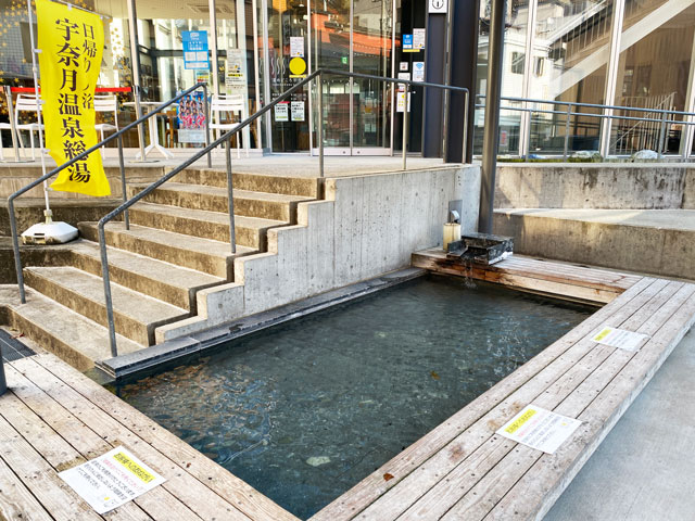 宇奈月温泉の観光案内所などがある総湯 湯めどころ宇奈月にある足湯