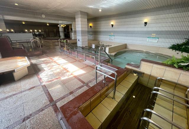 富山県高岡市の北陸健康センターアラピアの大浴場(奥側から)
