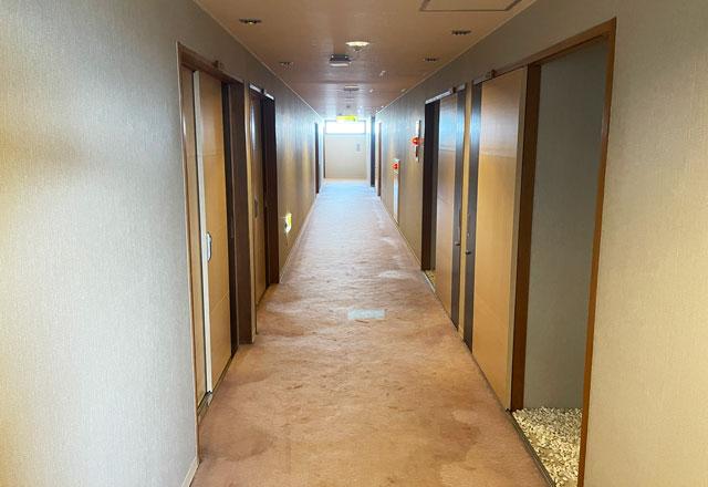 富山県高岡市の北陸健康センターアラピアの宿泊ホテルの廊下