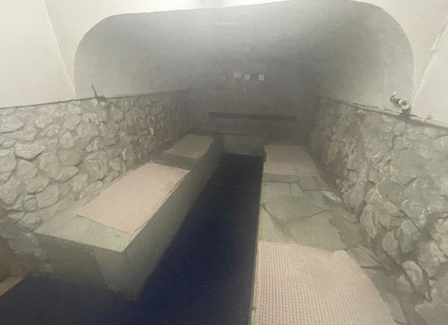 富山県高岡市の北陸健康センターアラピアの低温の青蒸洞サウナの中の様子