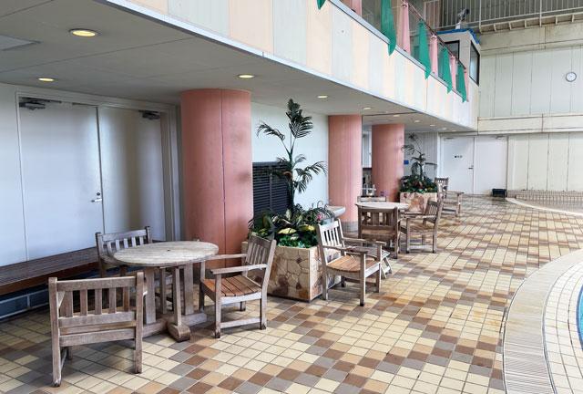 富山県高岡市の北陸健康センターアラピアの温水プール「スパピア」の休憩スペース