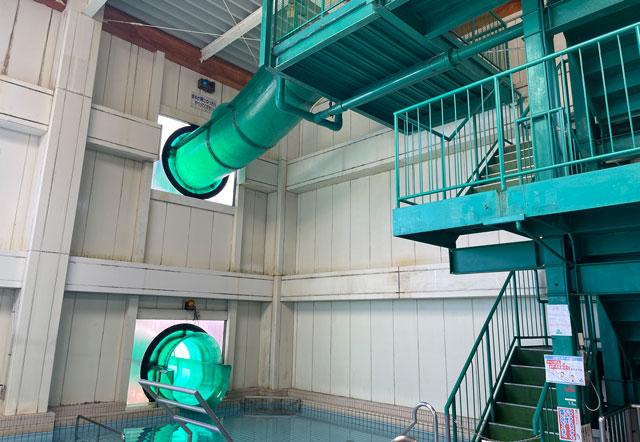富山県高岡市の北陸健康センターアラピアの温水プール「スパピア」のウォータースライダー