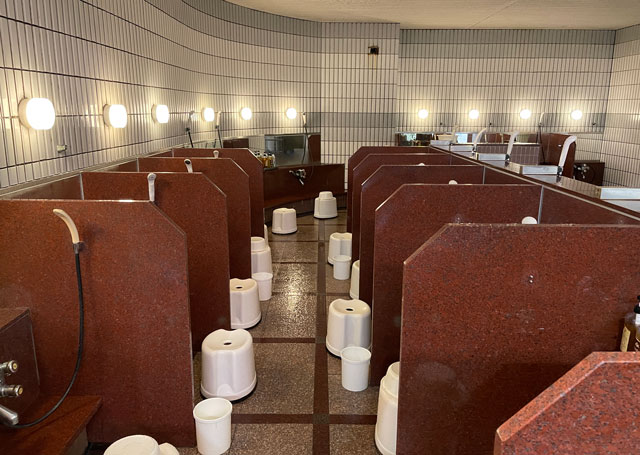 富山県高岡市の北陸健康センターアラピアの大浴場の洗い場