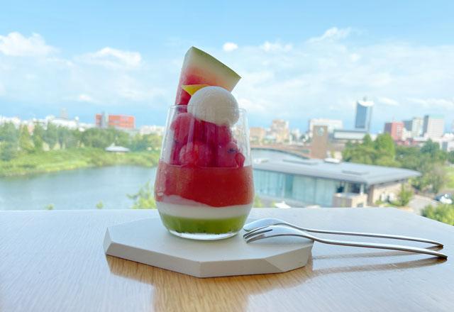 富山県美術館のレストラン「ビビビとジュルリ」の入善ジャンボ西瓜パフェ