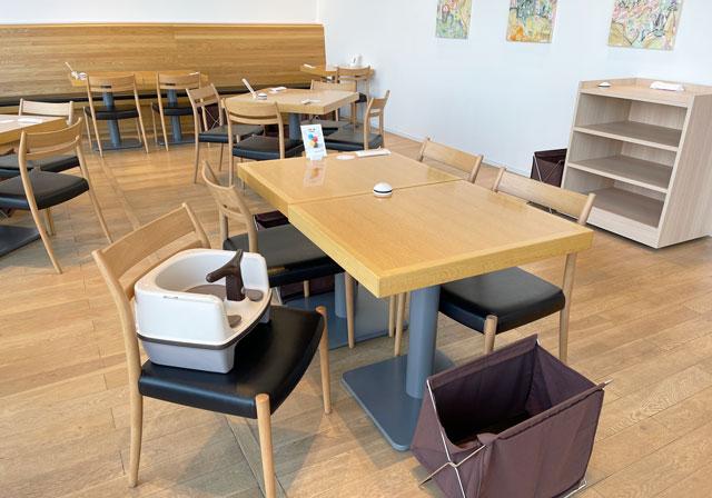 富山県美術館のレストラン「ビビビとジュルリ」の幼児用の椅子