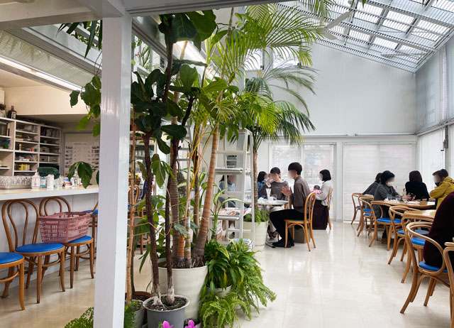 富山市婦中町のカフェ「ココナッツアイランド」の店内の様子