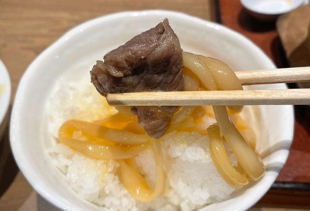 糸庄×焼肉大将軍コラボうどん「黒部和牛特選牛すき鍋うどん」の玉子つけをライスに