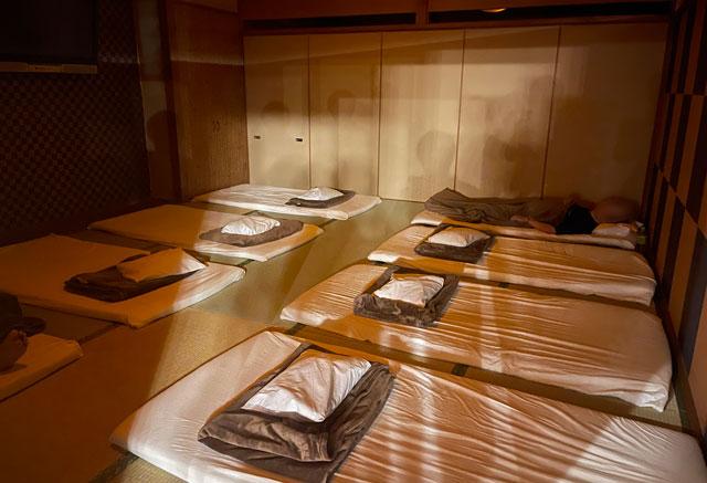 富山市山室にある宿泊もできる浴場施設「スパ・アルプス」の仮眠室(布団タイプ)