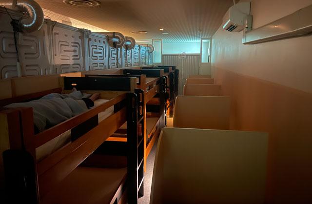 富山市山室にある宿泊もできる浴場施設「スパ・アルプス」の仮眠室(ベッドタイプ)