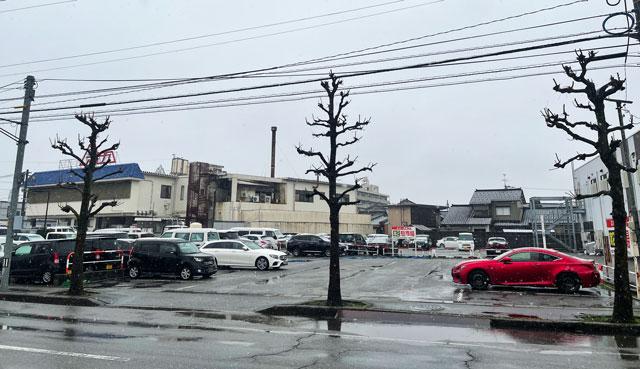 富山市山室にある宿泊もできる浴場施設「スパ・アルプス」の第2駐車場