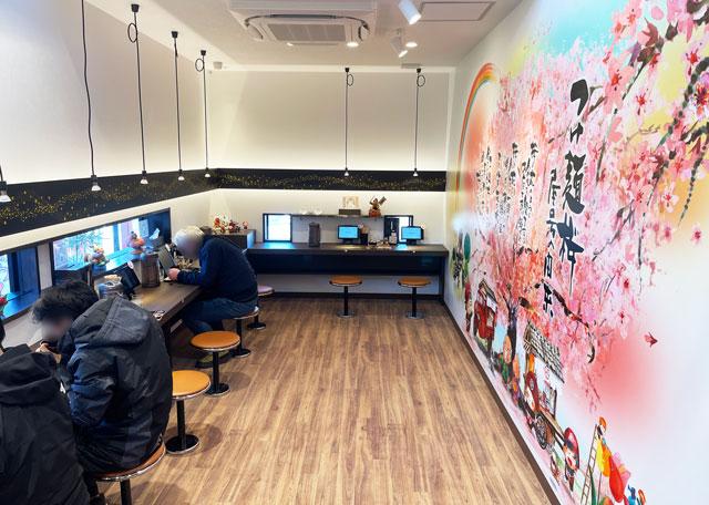 富山市のラーメン店「つけめん桜 富山上袋店」のカウンター席
