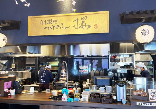 富山市のラーメン店「つけめん桜 富山上袋店」のオープンな調理場