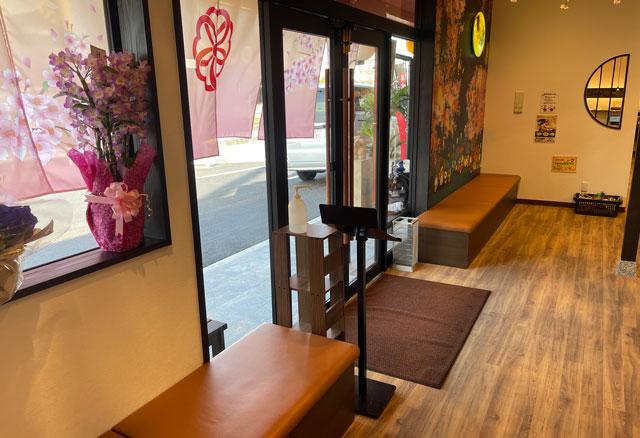 富山市のラーメン店「つけめん桜 富山上袋店」の待合席