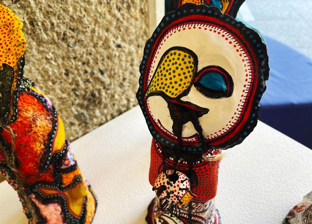 南砺市立福光美術館の「アートって何なん? -やまなみ工房からの返信-」の奇妙な人形