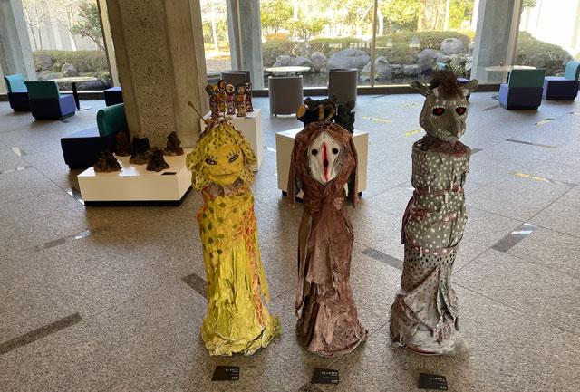 南砺市立福光美術館の「アートって何なん? -やまなみ工房からの返信-」の入口の展示