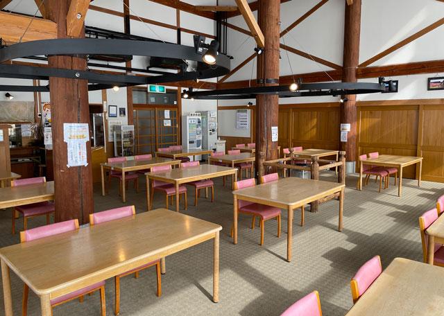 富山県砺波市のとなみ夢の平スキー場の宿泊施設コスモス荘の食堂