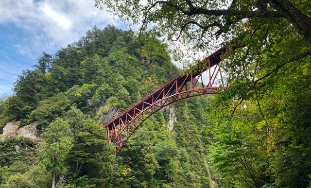 黒部峡谷トロッコ電車の「欅平駅」見上げる奥鐘橋