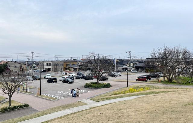 富山市の呉羽山公園・都市緑化植物園の下の駐車場