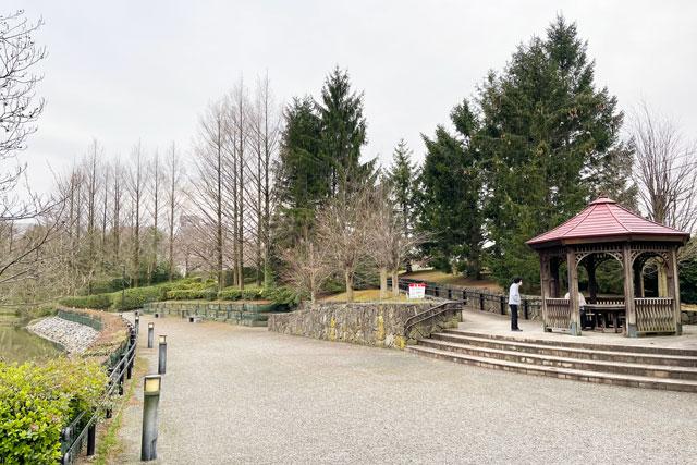 富山市の呉羽山公園・都市緑化植物園の休憩所(あずまや)