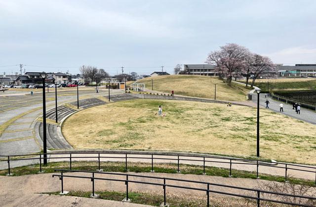 富山市の呉羽山公園・都市緑化植物園の多目的広場