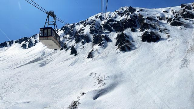 立山黒部アルペンルート「雪の大谷」への通過点「黒部平」の立山ロープウェイの景色