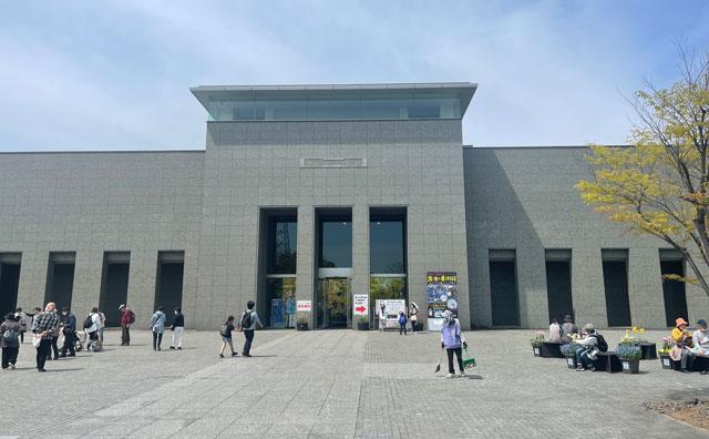 富山県砺波市「となみチューリップフェア」の砺波市美術館