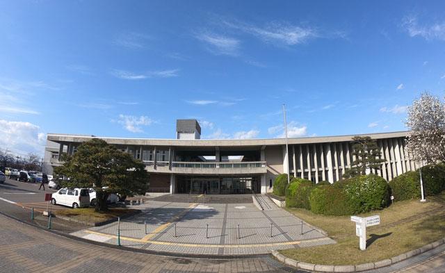 富山市にある富山県立図書館の建物