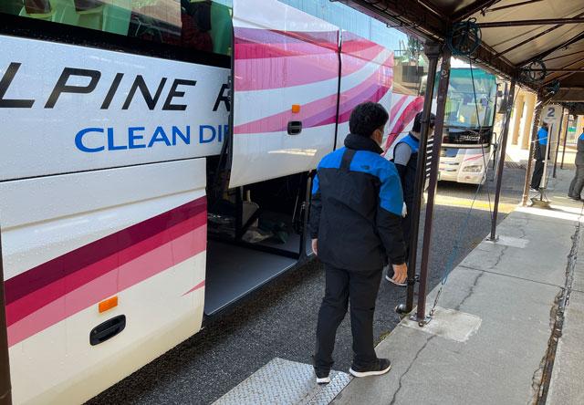 立山黒部アルペンルート「雪の大谷」への交通の拠点「美女平駅」の立山高原バスの荷物置き場