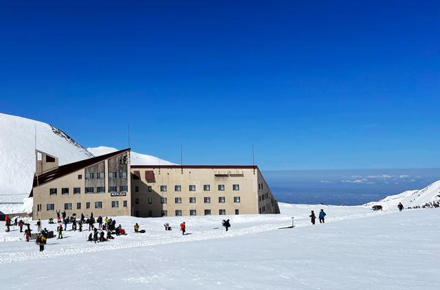 立山黒部アルペンルート「雪の大谷」の時期のホテル立山