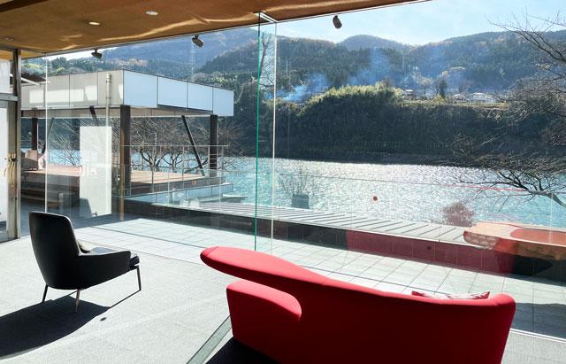 富山県富山市のミシュランガイド4つ星のホテル「リバーリトリート雅樂倶」の休憩ソファ