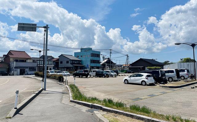富山県氷見市の「ひみの海探検館」の無料駐車場2