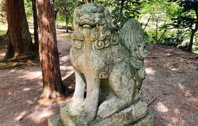 富山県氷見市ヤマフジの花で有名な「磯部神社」の狛犬1