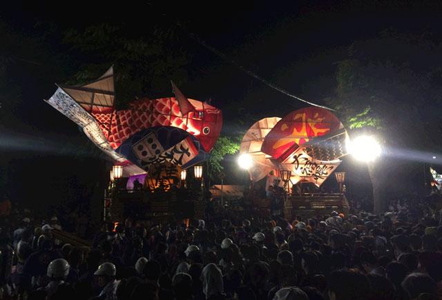 岩瀬曳山車祭り・けんか山車の曳き合いの周りの観客