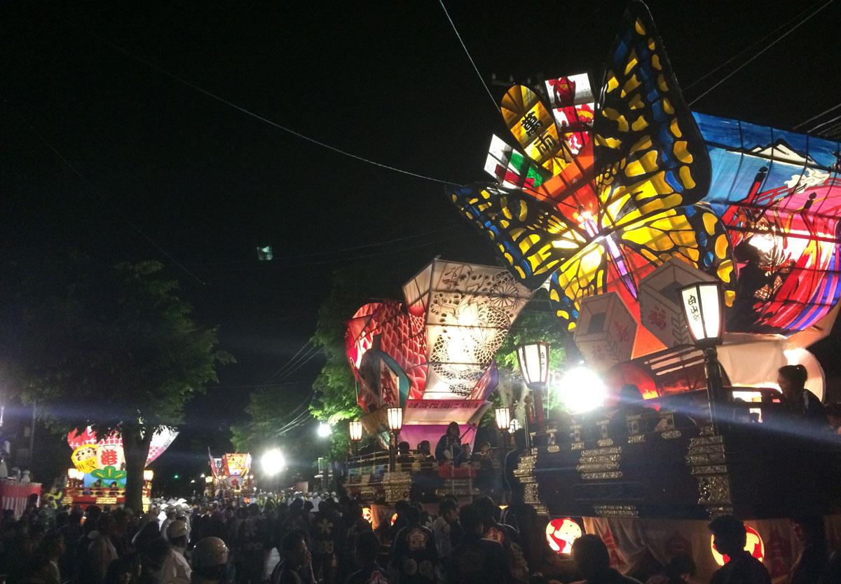 富山市岩瀬の「岩瀬曳山車祭り・けんか山車の様子」