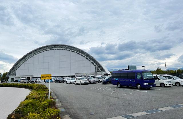 サッカーJリーグ、カターレ富山のホームスタジアム「富山県総合運動公園 陸上競技場」の屋内グラウンド横駐車場