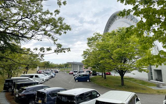 サッカーJリーグ、カターレ富山のホームスタジアム「富山県総合運動公園 陸上競技場」の屋内グラウンド横駐車場2