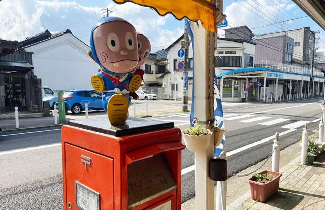富山県氷見市「ソフトクリームの島津福寿堂」の店の前の忍者ハットリくん郵便ポスト