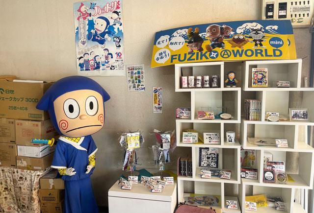 富山県氷見市「ソフトクリームの島津福寿堂」の店内の忍者ハットリくんグッズ