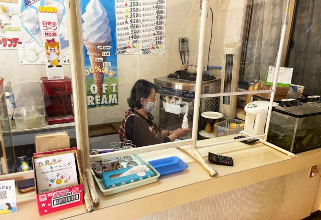 富山県氷見市「ソフトクリームの島津福寿堂」のおばちゃん