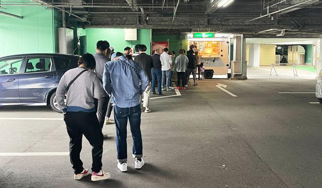 SNSで人気の本場大阪のたこ焼き移動販売「冨よし商店」の行列