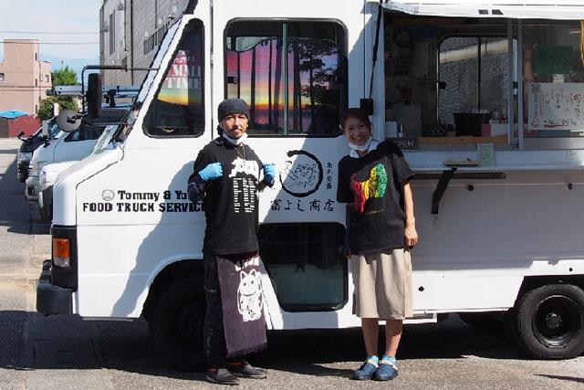 SNSで人気の本場大阪のたこ焼き移動販売「冨よし商店」のトミーとヨッシー(真面目)