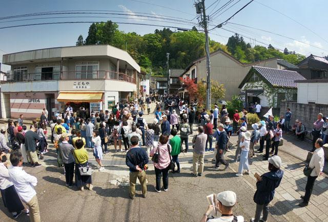 富山県富山市の祭り「越中八尾曳山祭」の賑わい