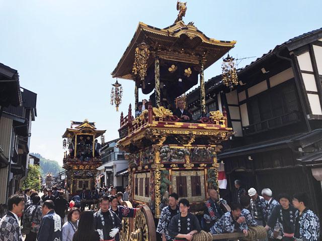 富山県富山市の祭り「越中八尾曳山祭」の諏訪町通りの曳山