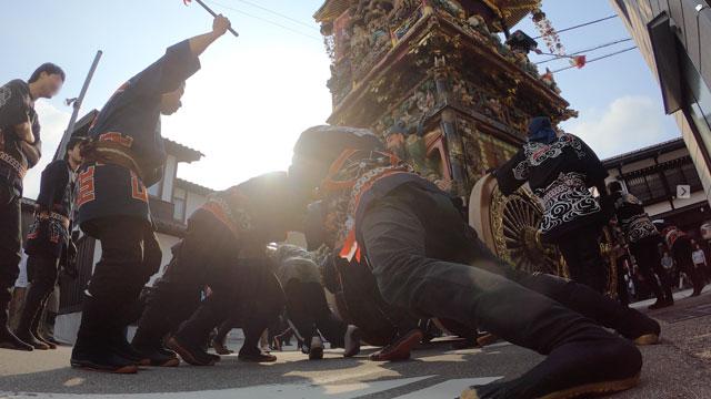 富山県富山市の祭り「越中八尾曳山祭」の迫力