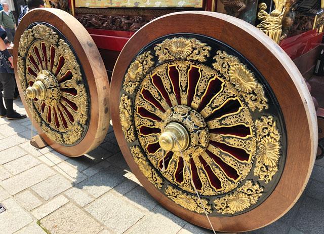 富山県富山市の祭り「越中八尾曳山祭」の豪華絢爛な曳山の車輪