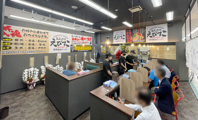 富山市五福のショッピングセンターアリス内にオープンした「とんこつ えびすこ」の店内