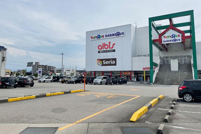 富山市五福のショッピングセンターアリスの駐車場