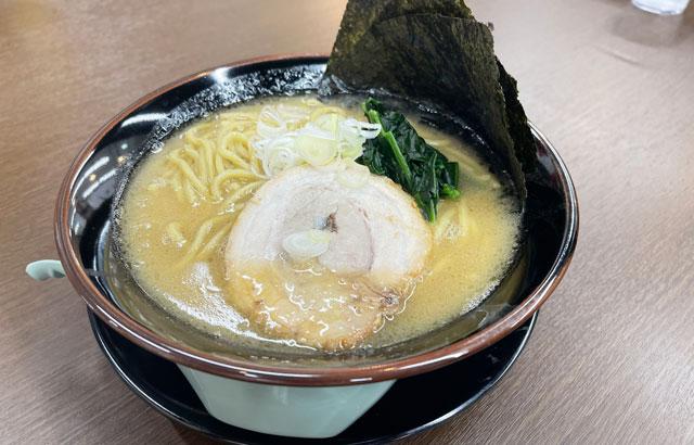 富山市五福のショッピングセンターアリス内にオープンした「とんこつ えびすこ」の豚骨ラーメン