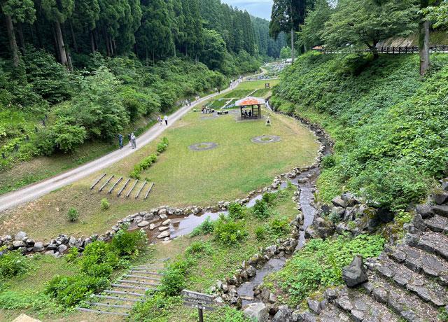 富山県砺波市の「頼成の森 花しょうぶ祭り」の上からの景色